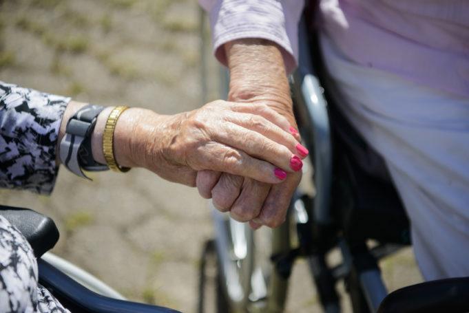 Ikäihmiset käsi kädessä