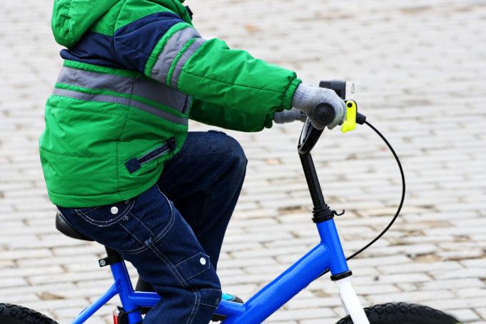 Lapsi pyöräilee