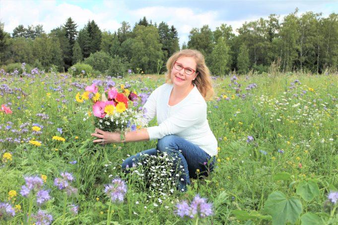 kunnanjohtaja Heidi Rämö maisemakukkapellolla