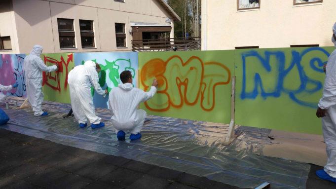 nuoret maalaa graffitia