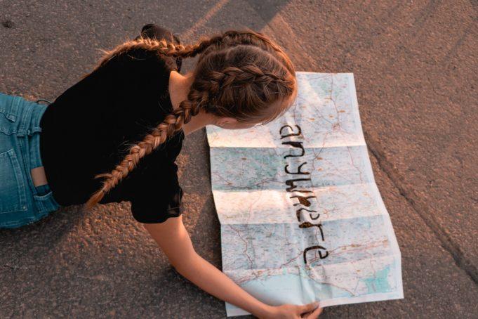 Tyttö ja kartta kädessä