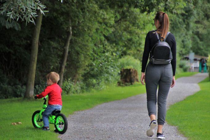 Äiti ja lapsi kävelyllä
