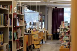 sääksjärven kirjastoa sisältä, tiski
