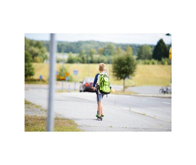 poika potkulautailee kouluun